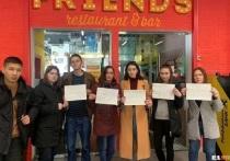 В Екатеринбурге сотрудники ресторанов Friends устроили акцию протеста против отказа руководства выплатить им полагающуюся зарплату