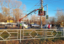 В Кирове монтируют светофоры на перекрестке Щорса и Производственной