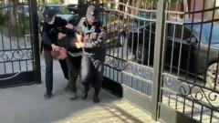 Задержание сбежавшего из колонии насильника школьницы сняли на видео