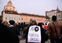 В Италии с 15 октября вступило в силу решение правительства об обязательном предъявлении сотрудниками государственных и частных предприятий так называемых «зеленых пропусков» - электронных COVID-сертификатов для доступа на рабочее место