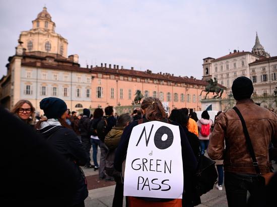 Италию охватили беспорядки из-за введения «коронавирусных» пропусков для всех работников