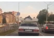 В КЧР парня оштрафовали за перевозку человека на крыше автомобиля