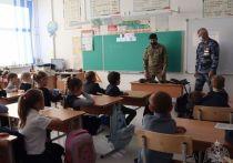 В Красноярске сотрудники Росгвардии провели для учащихся первого класса урок безопасности в преддверии празднования Дня отца. Первоклашкам рассказали о правилах безопасности и показали настоящее оружие.