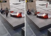 Группа детей курили и лежали возле Вечного огня на Монументы Славы в Новосибирске