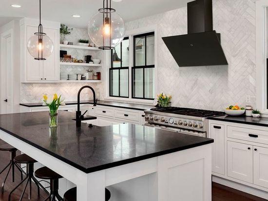 Подобрать готовую кухню в квартиру так, чтобы она отвечала всем запланированным требованиям, – задача не из легких