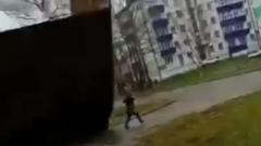 На Сахалине сорванная крыша дома упала на прохожих