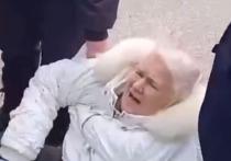 В Стерлитамаке полицейские жестко задержали 65-летнюю женщину, выведя ее из автобуса и повалив на землю, сообщает Readovka
