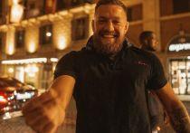Конор Макгрегор отдыхает с семьей в Италии — проводит обряд крещения сына, встречается с Жозе Моуринью, водит маму по ресторанам. И без скандалов не обходится: популярный итальянский диджей собирается подавать в суд на бойца UFC из-за драки в ночном клубе. «МК-Спорт» расскажет, что случилось.
