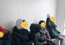 Укорила за мусор и маты: комиссия по делам несовершеннолетних проведет проверку после скандала женщины и подростков на остановке в Лабытнанги