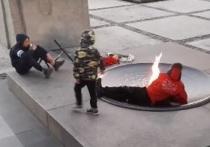В Новосибирске нашли куривших у Вечного огня подростков