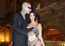 Старшая сестра Ким Кардашьян, модель и актриса Кортни Кардашьян объявила о помолвке с барабанщиком рок-группы Blink-182 Трэвисом Баркером