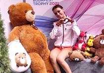 Анна Щербакова в минувшие выходные дебютировала в сезоне, выступив на турнире серии «Челленджер» Budapest Trophy. Ученица Этери Тутберидзе презентовала свои олимпийские программы, с которыми планирует поехать в Пекин-2022. Победить в Венгрии не получилось, а сразу после прокатов иностранные болельщики высказали свое недовольство некоторыми аспектами программ Щербаковой — о них в материале «МК-Спорт».