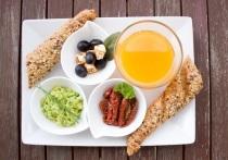 Медики рассказали, какие несколько продуктов помогают запустить пищеварительную систему утром и не переедать в течение дня