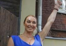Балерина Анастасия Волочкова на своей странице в Instagram рассказала, что она и ее адвокаты добились возбуждения уголовного дела после слива в Интернет видео, на котором она справляет нужду на своем загородном участке