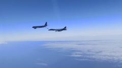 Российские истребители сопроводили американские бомбардировщики над Черным морем: видео