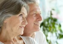 Пенсионеры, у которых пока нет карты «Мир» от ВТБ, могут заказать ее с доставкой на сайте банка или вместе с зарплатной картой