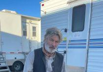 Опубликовано фотого лливудского актера Алека Болдуина изданием Santa Fe New Mexican, после того, как на съемочной площадке произошел несчастный случай и погиб человек