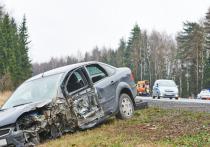 Renault Logan наехал на ограждение и вылетел в кювет в Тосненском районе, водитель погиб