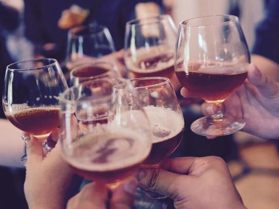 """Телеканал """"РЕН ТВ"""" сообщает о первом за последнее время известном случае отравления суррогатным алкоголем в Москве"""