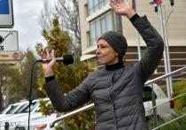 Рок-исполнительница Юлия Чичерина сегодня выступила перед митингующими в центре Донецка, сообщает Донецкое Агентство Новостей