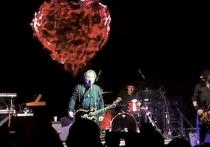 Вадим Самойлов, экс-участник исторической и действительно великой рок-группы «Агата Кристи», умудрился так втоптать это самое величие в зловонную жижу мерзости, ненависти и жлобского гопничества, заехав в Екатеринбург на фестиваль Ural Music Night, как не смог бы, даже сильно стараясь, ни один враг России, если бы вдруг вознамерился лишить нас остатков светлых чувств по былой и светлой рок-легенде…