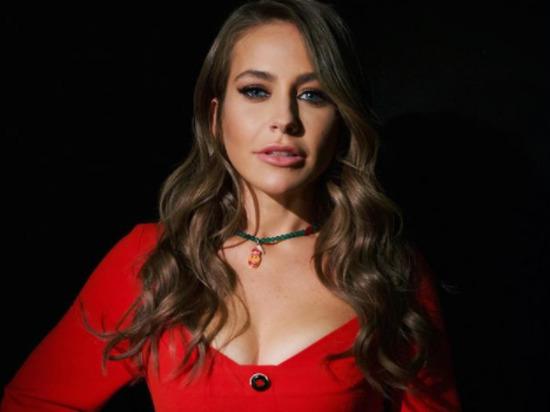 Телеведущая Юлия Барановская продемонстрировала в Instagram, как она овладевает искусством тацна на пилоне