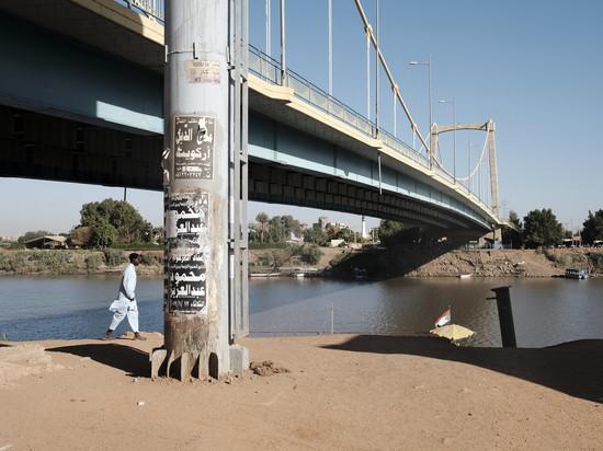 Армия заблокировала въезды в столицу Хартум и перекрыла мосты.