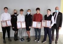 Спасших мужчину 4 подростков наградили в полиции Красноярска