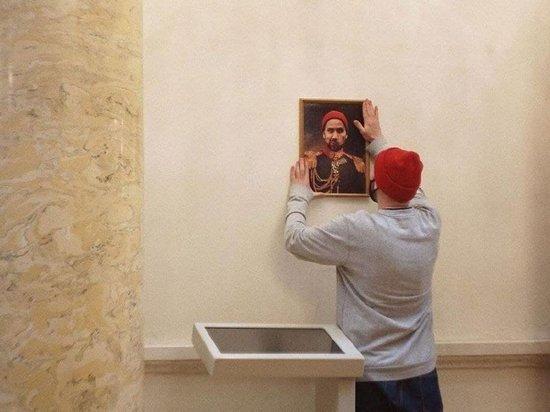Путешественник Кирилл Смородин пошутил в Эрмитаже: повесил свой портрет в мундире ХIХ века в Военной галерее 1812 года и сфотографировался на фоне