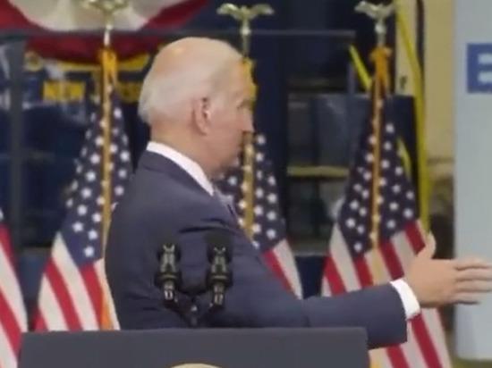 В социальных сетях обсуждают странный поступок американского президента Джо Байдена, который на публичном мероприятии повернулся боком к трибуне, кашлянул в руку, пожал руку невидимому человеку, а потом пошел к политикам