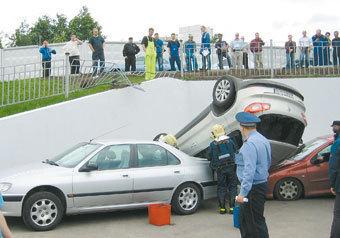 """""""Фольксваген"""" с москвичкой за рулем свалился с пандуса сервисного центра на крыши двух иномарок, в которых лишь по счастливой случайности не было людей"""