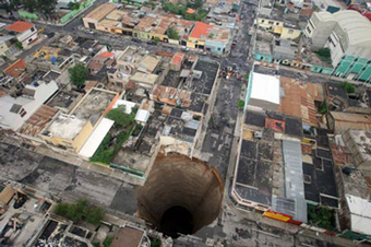 В Гватемале в гигантскую воронку провалились несколько зданий