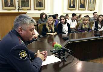 Начальника ГУВД допросили школьники