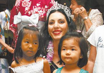 Пестрые шелка, заморские сладости и красочные народные танцы — в центре Москвы прошел благотворительный базар Азиатско-Тихоокеанского региона в помощь сиротам