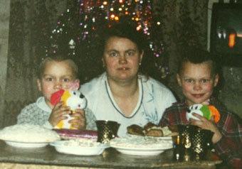 Женщину с двумя детьми селяне не пустили зимой согреться и не посадили в автобус — она умерла в поле