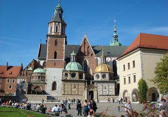 В Кракове протестуют в связи решением захоронить Качиньского в усыпальнице королей