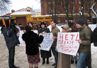 """Родители """"скинхедов"""" устроили митинг у СИЗО"""