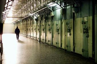 Крест на карьере за 7 тысяч рублей поставил исполняющий обязанности дежурного по разбору с доставленными и задержанными дежурной части УВД подмосковного Домодедова