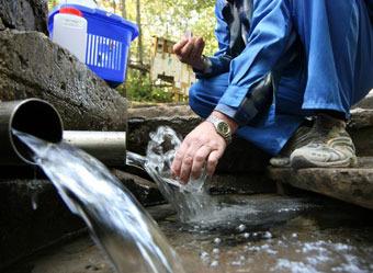 Чистую воду россияне добывают кто как может