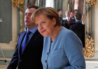 Медведев рассказал Меркель, как важна для россиян эта валюта