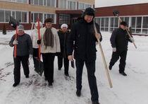 Работники Рассказовской администрации вышли на расчистку снега