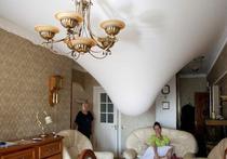 Потолок подвесной, дверь скрипучая