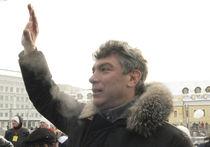 Немцова застенчиво повязали в центре Москвы на акции в поддержку Украины