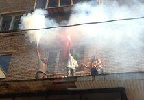 Неизвестные в балаклавах зажгли файеры на козырьке суда, где идет процесс над Pussy Riot. ФОТО