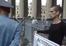Художник зашился в знак протеста