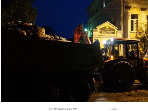 Перед администрацией Ржева горожане высыпали машину отходов