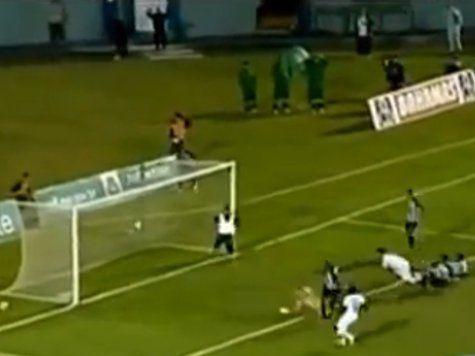 Бразильский массажист спас свою команду от гола, после чего, сбежал с поля