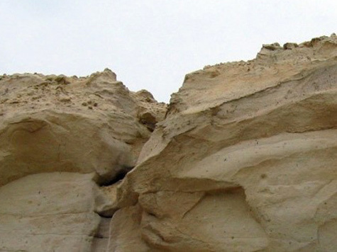 Песчаная лавина сбросила на школьников плиту