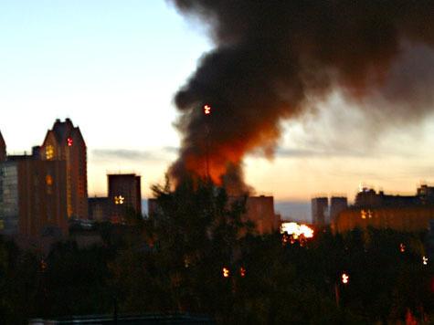 На северо-западе Москвы прогремел мощный взрыв, дымом заволокло ул. Народного ополчения. ФОТО