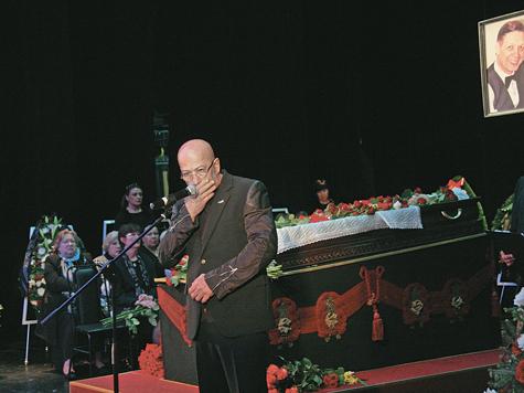 На этих похоронах плакали не только женщины, но и мужчины